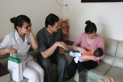 Lương y Nguyễn Hữu Toàn thăm nhà bệnh nhân