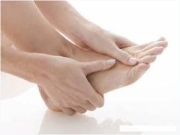 Xoa bóp chữa đau gót chân
